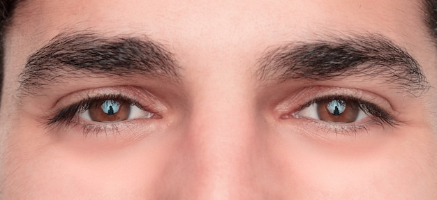 Jonge hansome en gelukkige man ogen. detailopname