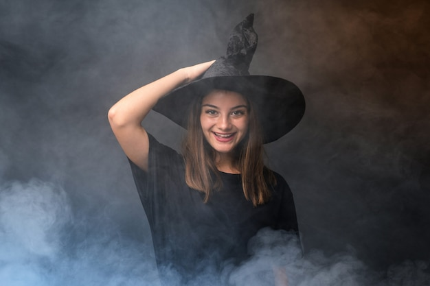 Jonge heks die zwarte en oranje luchtballons houden voor halloween-partijen