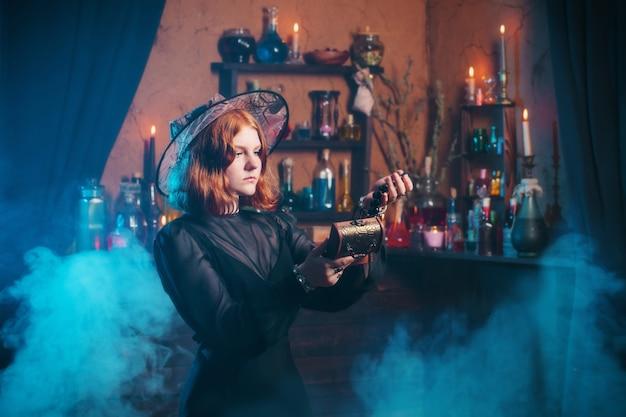 Jonge heks in huis. halloween concept