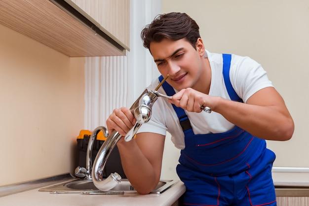 Jonge hersteller die bij de keuken werkt