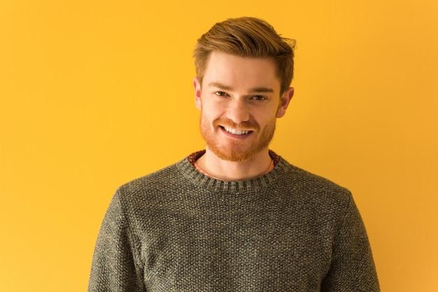 Jonge het gezichtsclose-up van de roodharigemens vrolijk met een grote glimlach