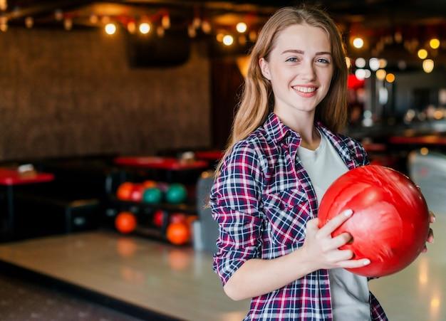 Jonge het kegelenbal van de vrouwenholding