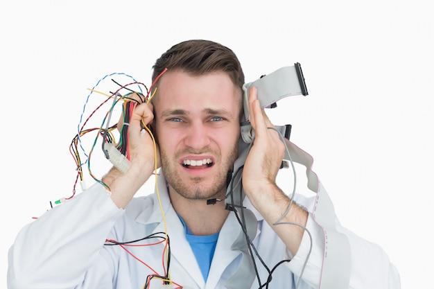 Jonge het professionele schreeuwen met kabels in handen