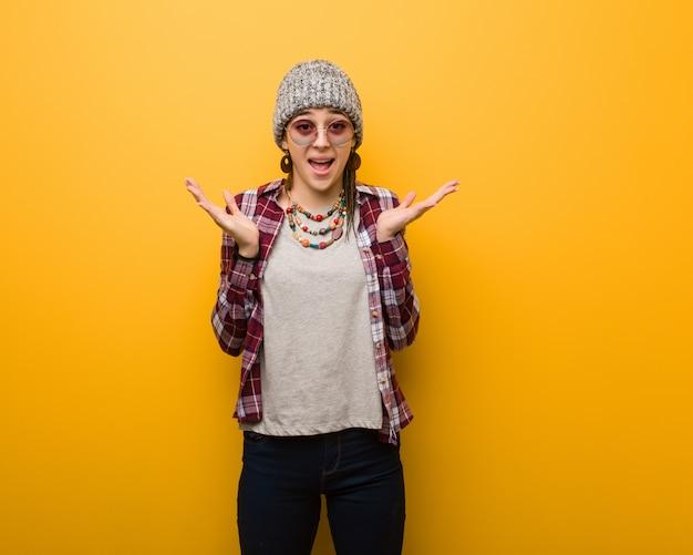 Jonge hippie natuurlijke vrouw die een overwinning of een succes viert