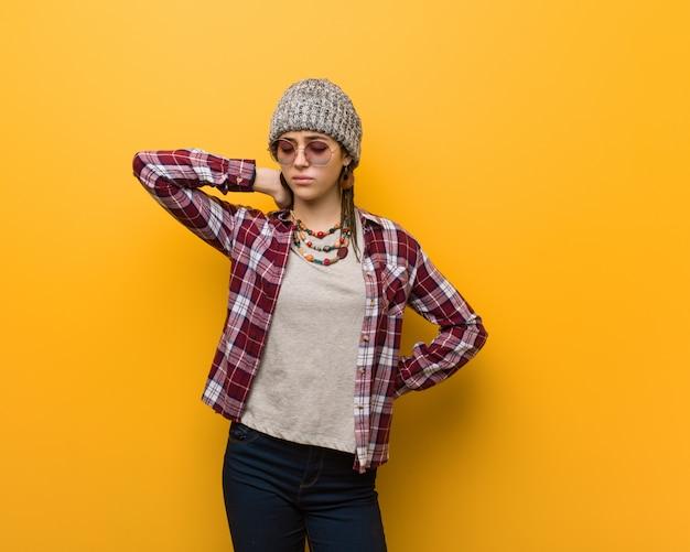 Jonge hippie natuurlijke vrouw die nekpijn lijdt