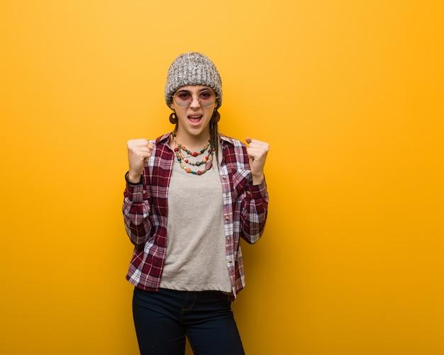 Jonge hippie natuurlijke vrouw die zeer boos en agressief gilt
