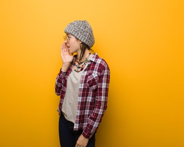 Jonge hippie natuurlijke vrouw fluistert roddel ondertoon