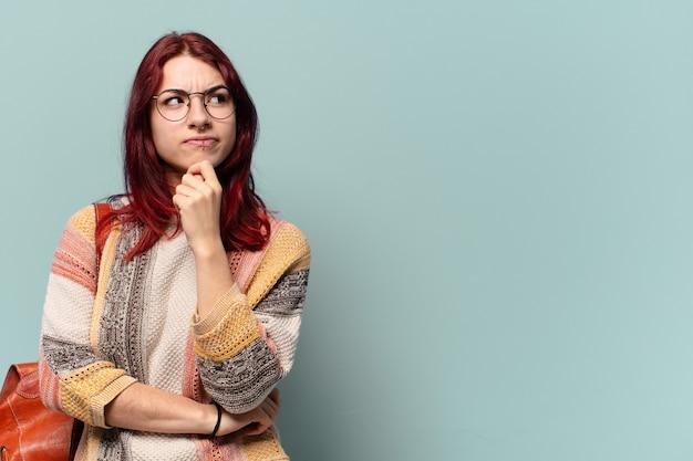 Jonge hippie student vrouw met een kopie ruimte
