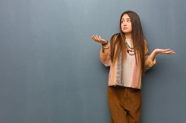 Jonge hippie vrouw verward en twijfelachtig