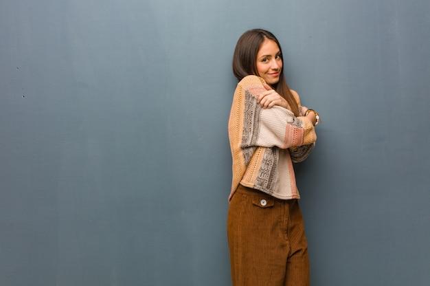 Jonge hippievrouw die een omhelzing geeft