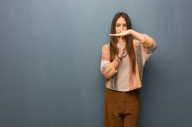 Jonge hippievrouw die een time-outgebaar doet