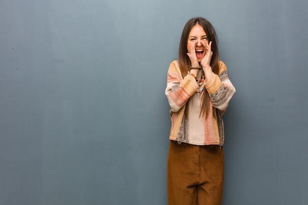 Jonge hippievrouw die iets gelukkig aan de voorzijde schreeuwen
