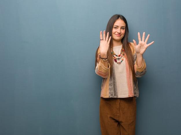 Jonge hippievrouw die nummer negen toont