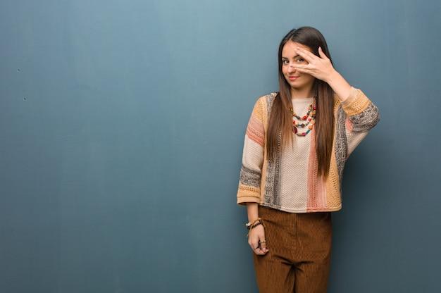 Jonge hippievrouw die tezelfdertijd in verlegenheid wordt gebracht en lacht