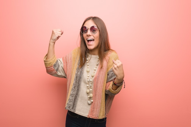 Jonge hippievrouw op roze die niet overgeeft