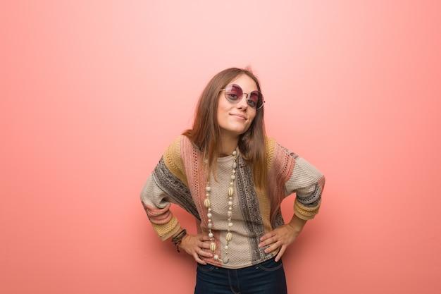 Jonge hippievrouw op roze die zeer boos iemand uitscheldt