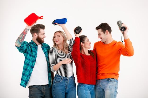 Jonge hipster gezelschap van vrienden samen plezier luisteren naar muziek op draadloze luidsprekers