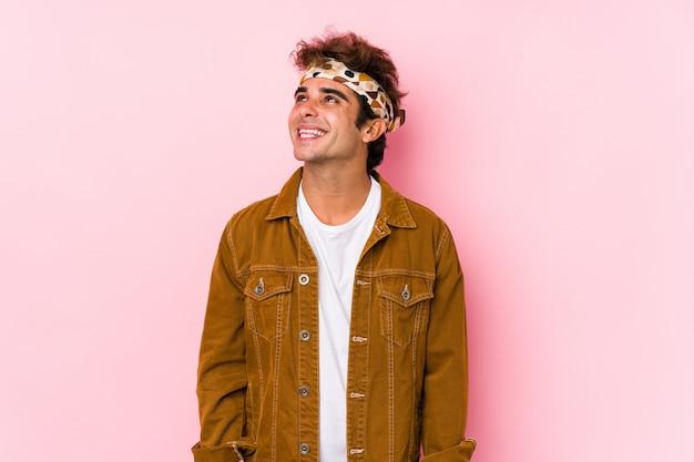 Jonge hipster man geïsoleerd jonge man gaat naar een festival droomt van het bereiken van doelen en doeleinden