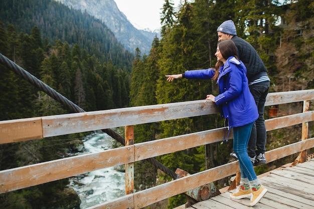 Jonge hipster mooie paar verliefd, in winter woud, wintervakantie in de bergen