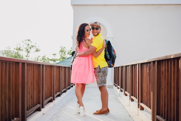Jonge hipster mooie paar verliefd, stijlvolle zomer outfit, reizen met rugzak, vakantie, zonnebril, kleurrijk, glimlachen, gelukkig, positief, romantisch, knuffelen