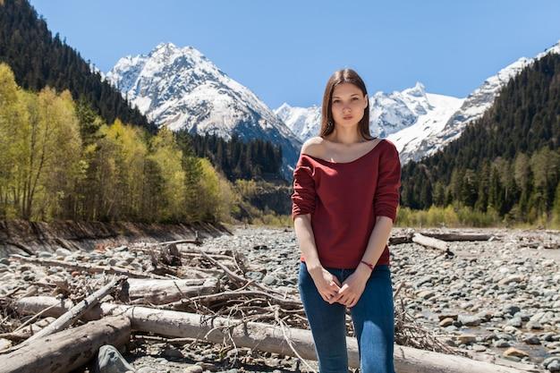 Jonge hipster mooie vrouw aan de rivier in het bos
