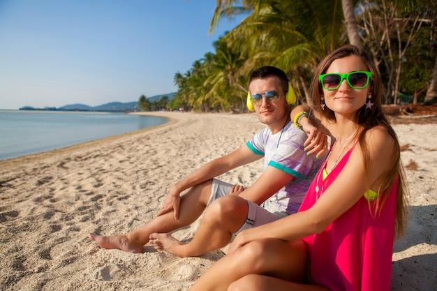 Jonge hipster paar verliefd, tropisch strand, vakantie, zomer trendy stijl, zonnebril, koptelefoon