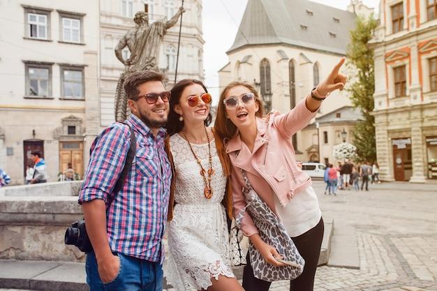 Jonge hipster vrienden poseren in de oude stad