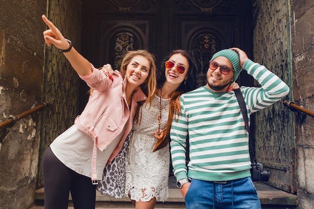 Jonge hipster vrienden reizen