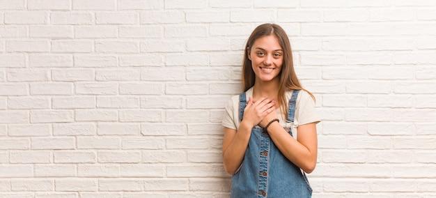 Jonge hipster vrouw doet een romantisch gebaar