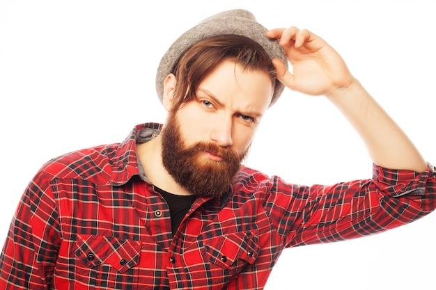 Jonge hipstermens die hoed draagt