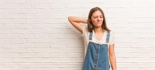 Jonge hipstervrouw die halspijn lijden