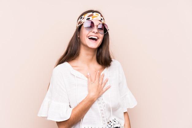 Jonge hipter blanke vrouw geïsoleerd lacht hardop hand op de borst te houden.