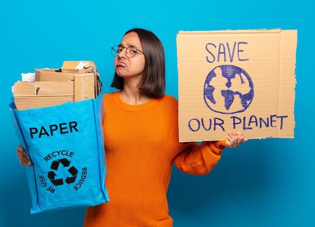 Jonge hispanisvrouw. recycle concept