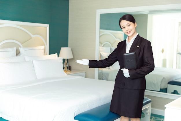 Jonge hotel meid schoonmaak hotelkamers