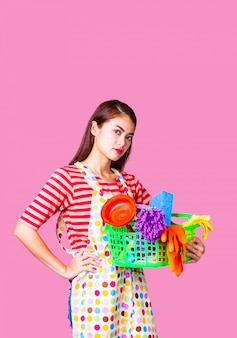 Jonge huishoudster vrouw met schoonmaak levering
