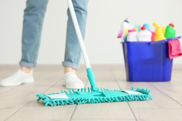 Jonge huisvrouw doet huis schoonmaken close-up