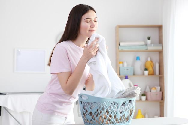 Jonge huisvrouw in de wasruimte close-up