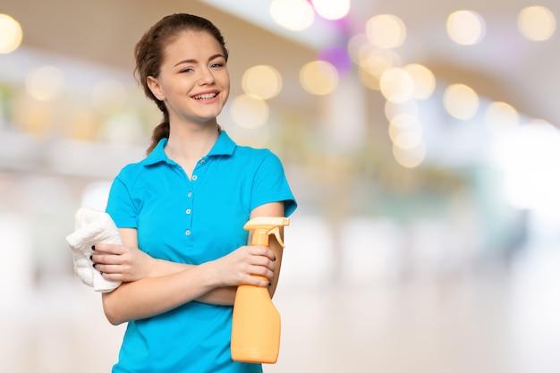 Jonge huisvrouw is klaar voor het schoonmaken