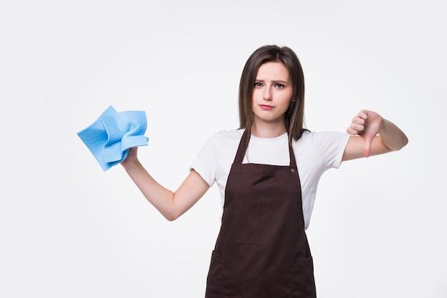 Jonge huisvrouw met het schoonmaken van geïsoleerd doekje. mooie huishoudster vrouw duimen naar beneden tonen. voor reclame