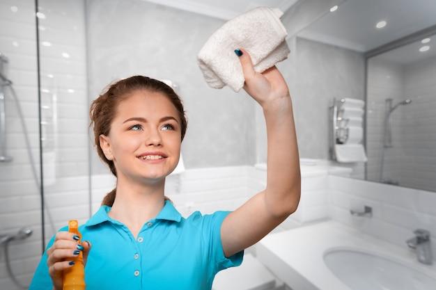 Jonge huisvrouw schoonmaken