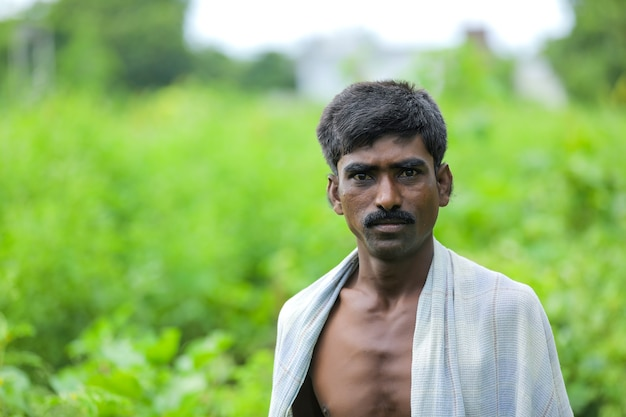 Jonge indiase arme man permanent over natuur achtergrond
