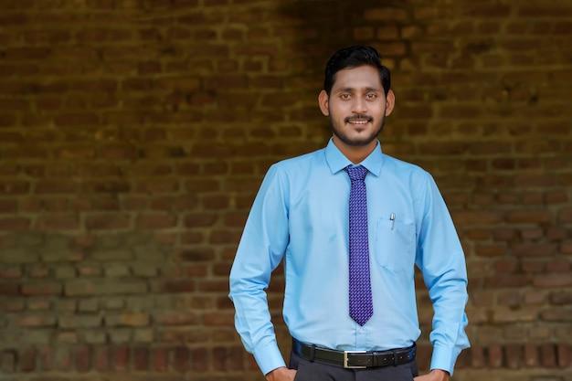 Jonge indiase bankier in uniform en uitdrukking gevend