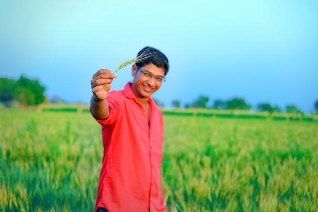 Jonge indiase boer aan het tarweveld