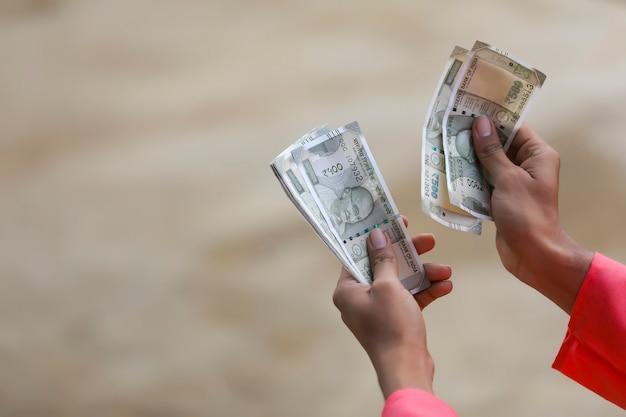 Jonge indiase boer geld tellen