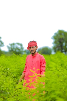 Jonge indiase boer in traditionele kleding op het veld