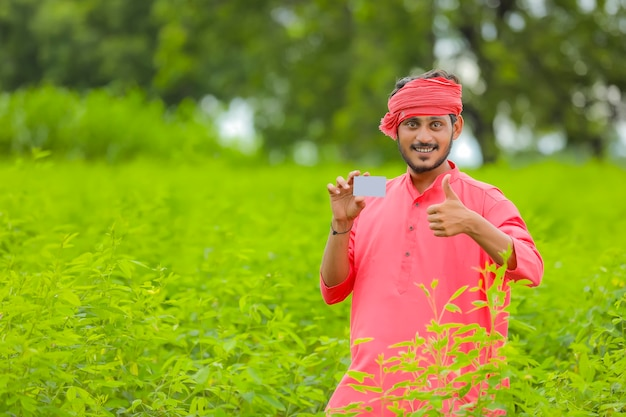 Jonge indiase boer met een creditcard