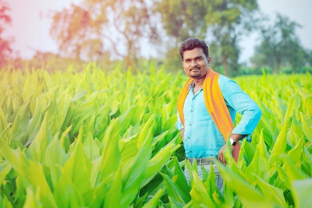 Jonge indiase boer op veld