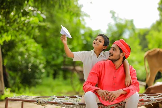 Jonge indiase boer speelt met zijn zoon