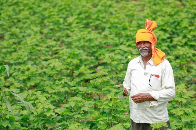 Jonge indiase boer werkt op veld