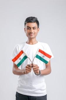 Jonge indiase college student poseren met indiase vlag.